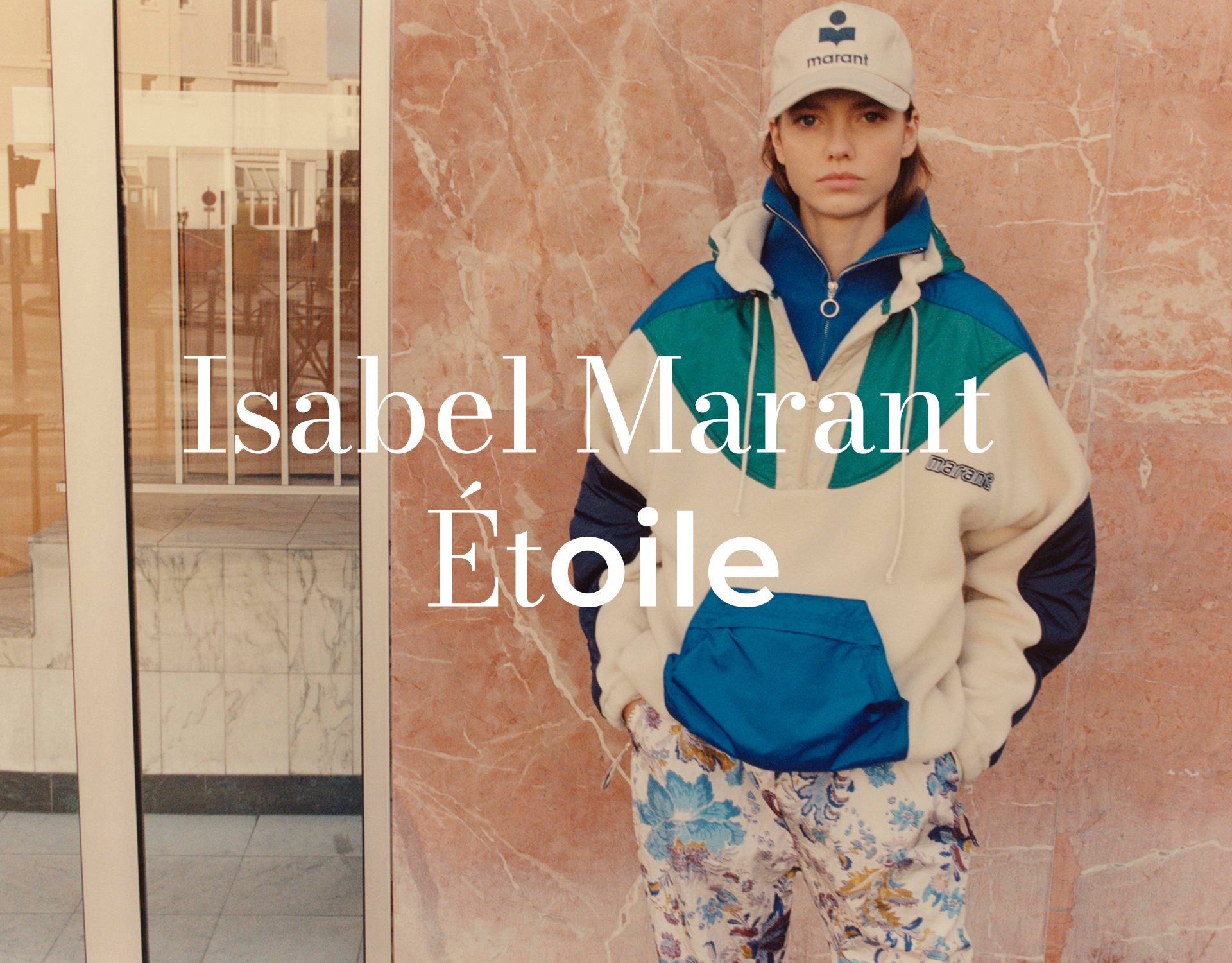 Model trägt Isabel Marant Étoile Outfit aus der Kollektion 2021