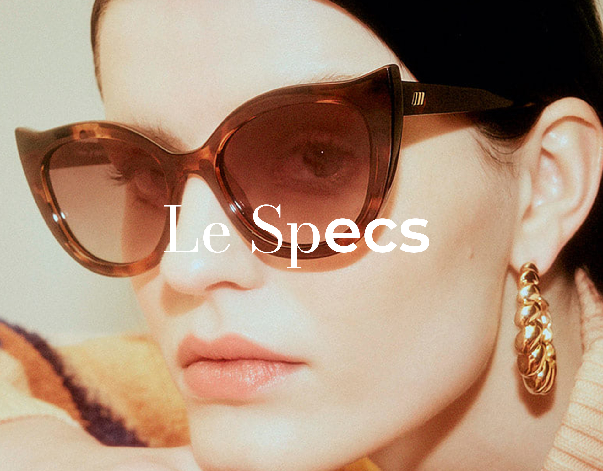 Frau trägt Cat-Eye Brille von Le Specs