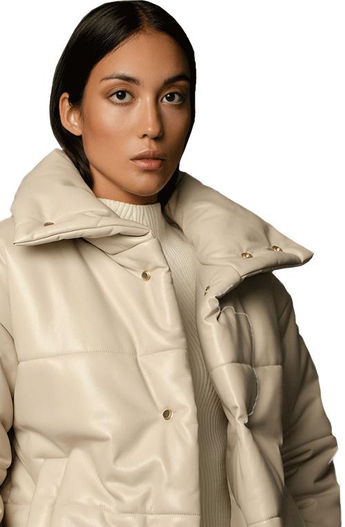 Model trägt weisse gefütterte Nanushka Jacke