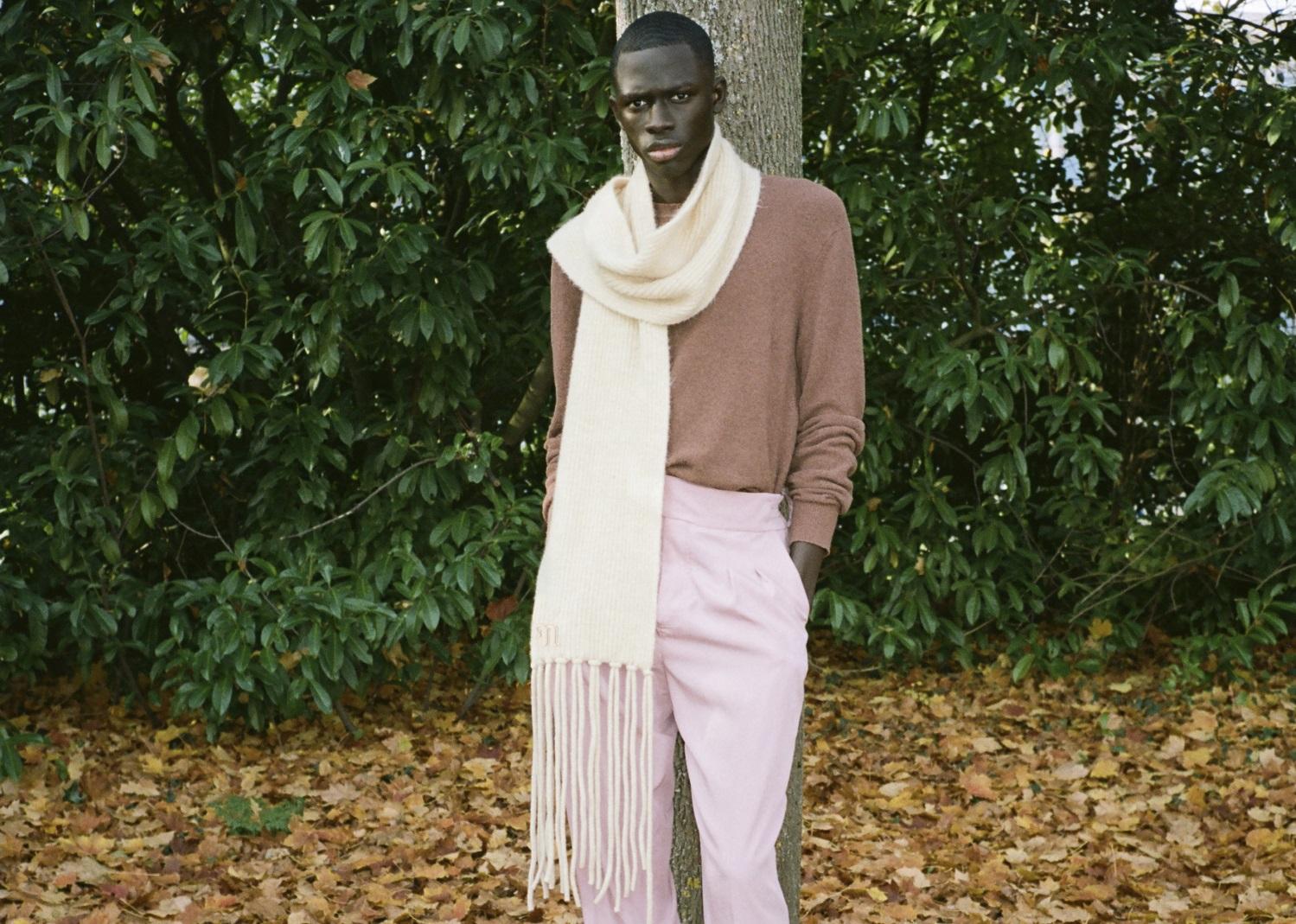 Männliches Model trägt weissen Oversized Nanushka Schal
