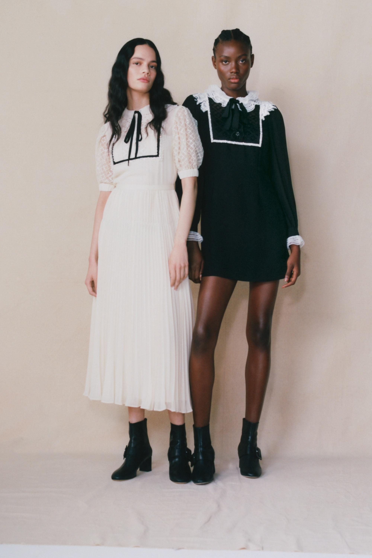 zwei Models von See by Chloé mit weissem und Schwarzem Kleid