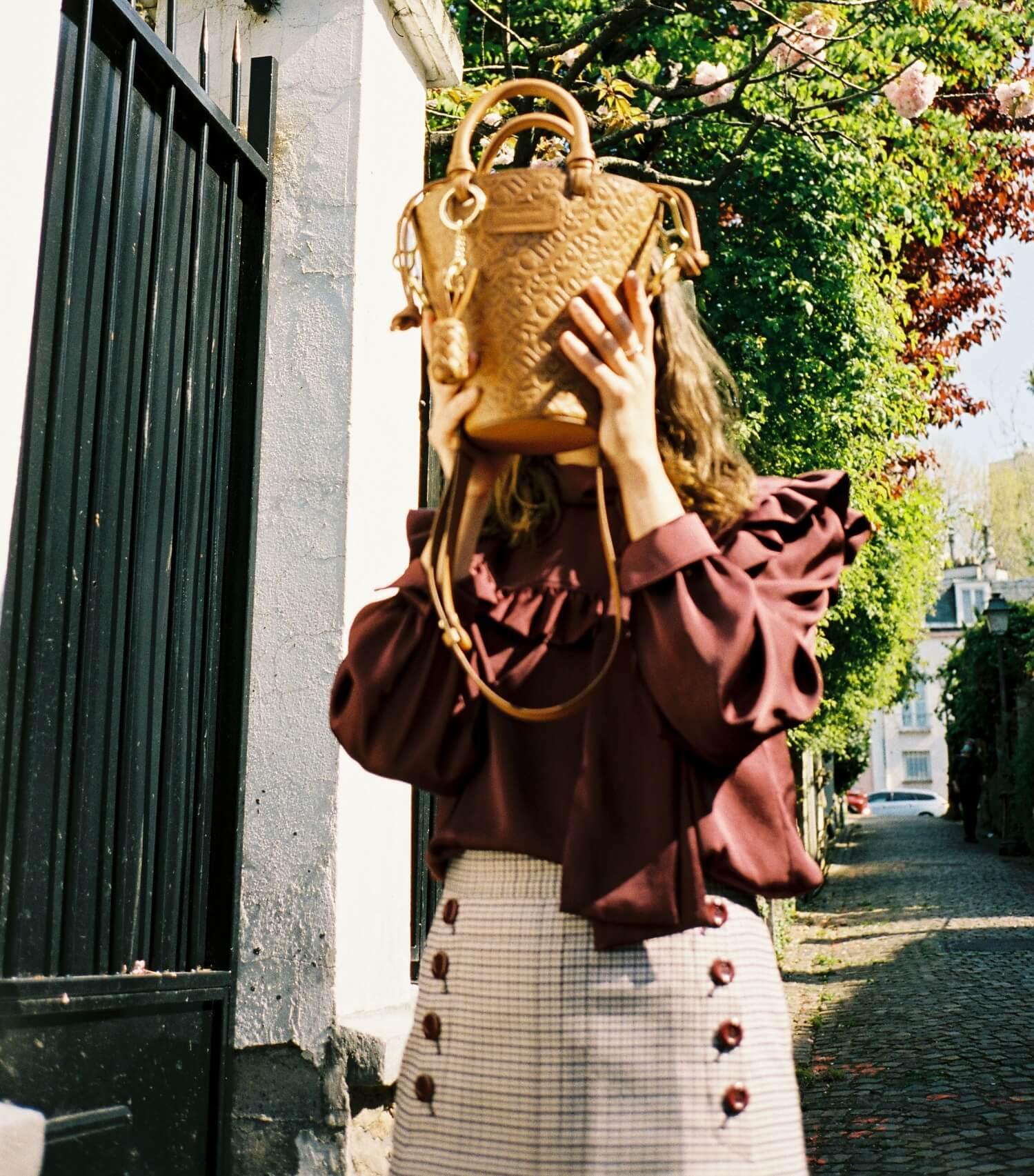 Model hält See by Chloé Tasche vor ihr Gesicht