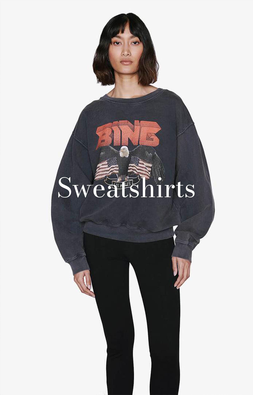 Model trägt Anine Bing Sweatshirt mit Adler und Vintage-Logo in Rot