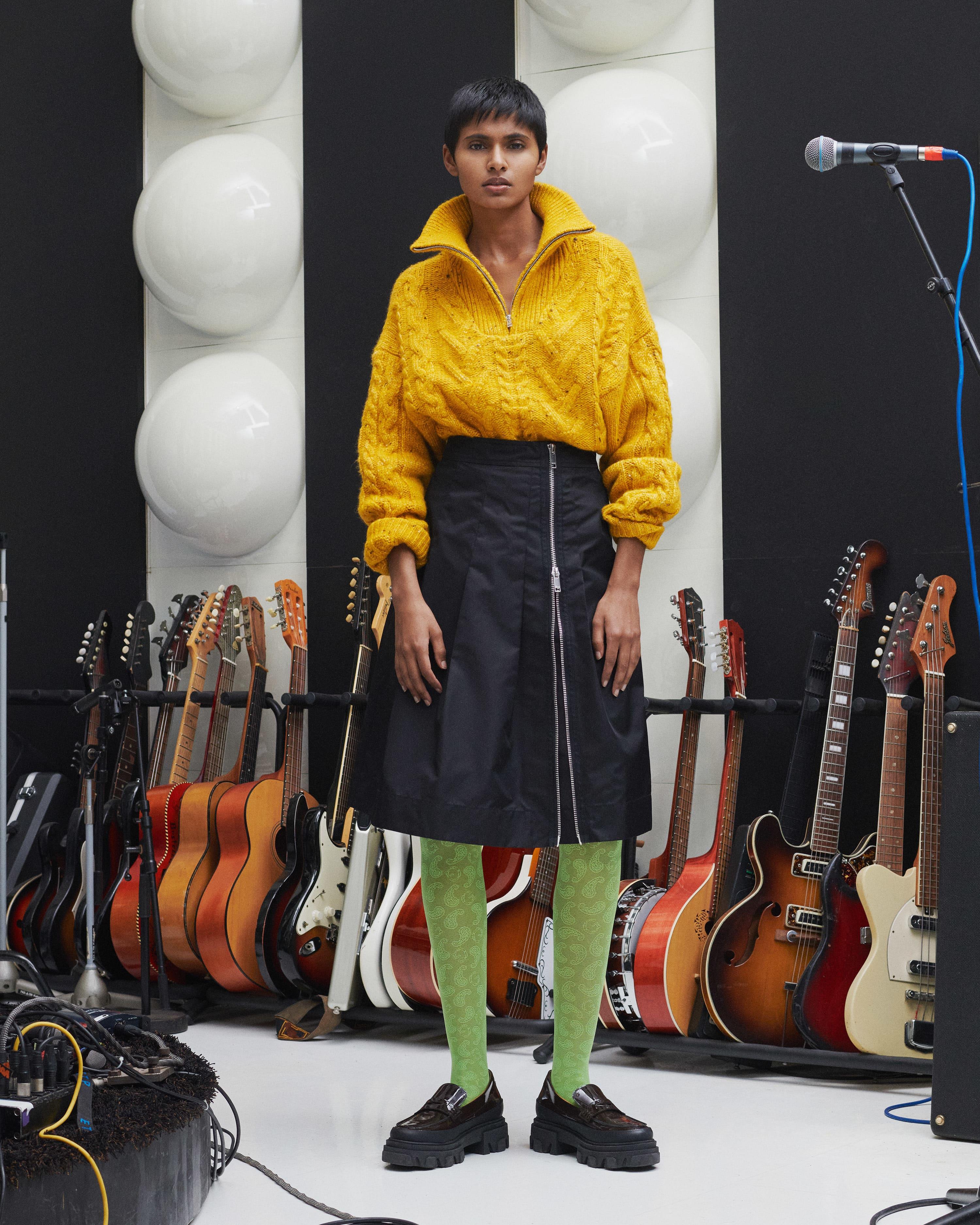 Model trägt Outfit von Ganni aus der Kollektion 2021