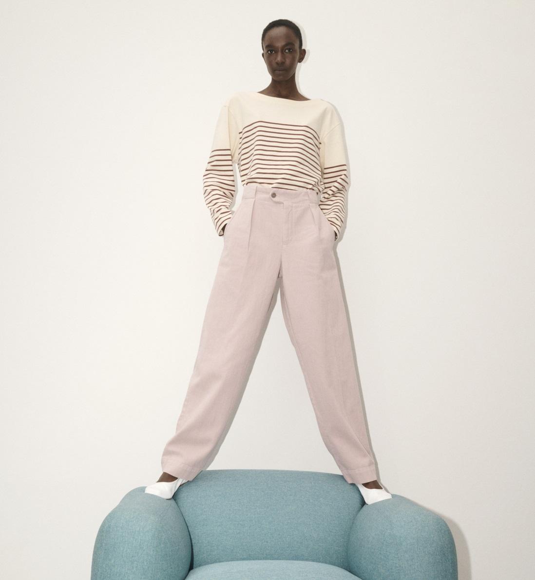 Model trägt  rosa Hose und gestreifter Pullover aus der CLOSED Kollektion HW21