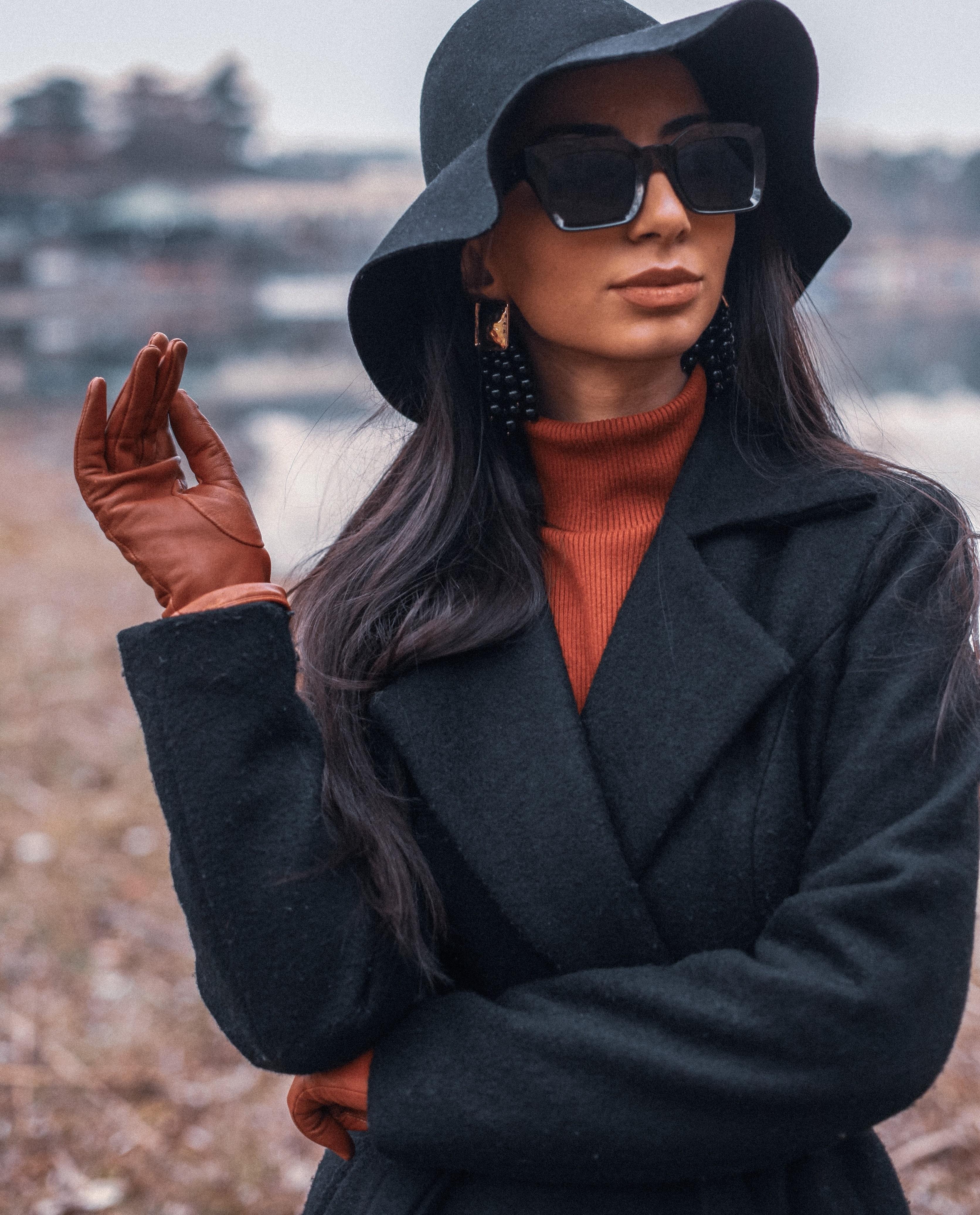 Model mit braunen Lederhandschuhen. MAGGS