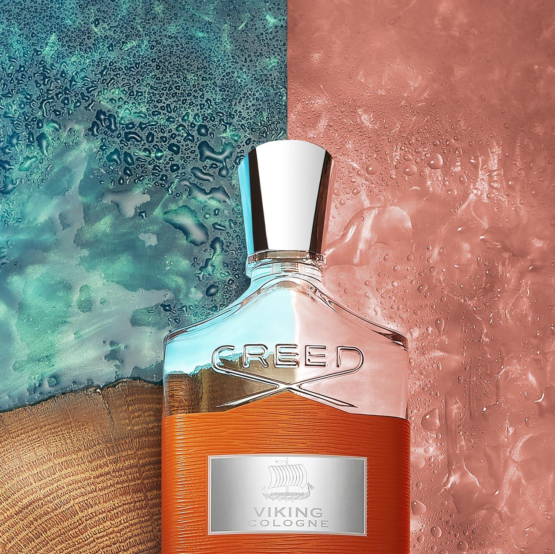 Creed Parfum Viking auf Rosa und Blauem Hintergrund