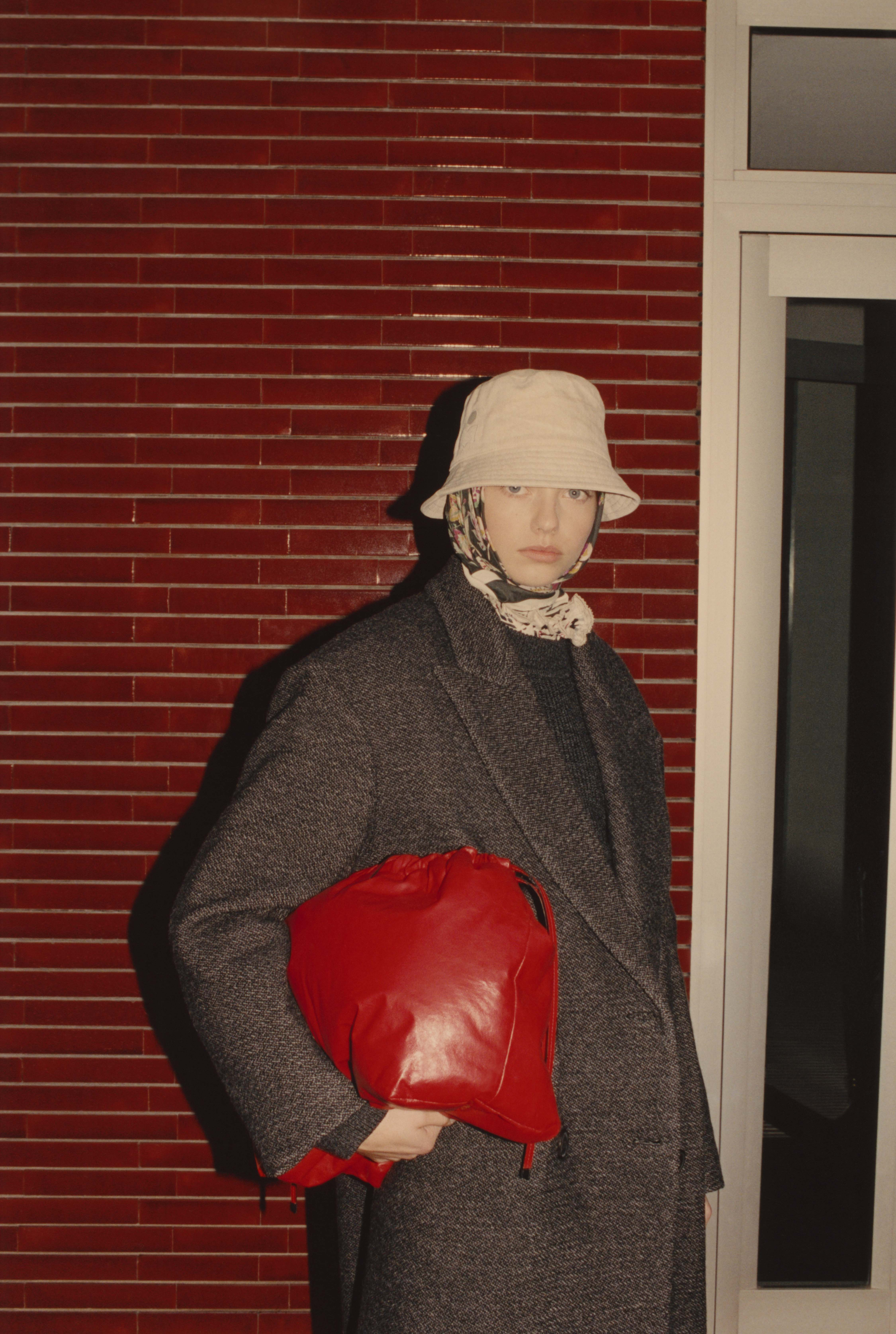 Model trägt rote Isabel Marant Tasche unter dem Arm