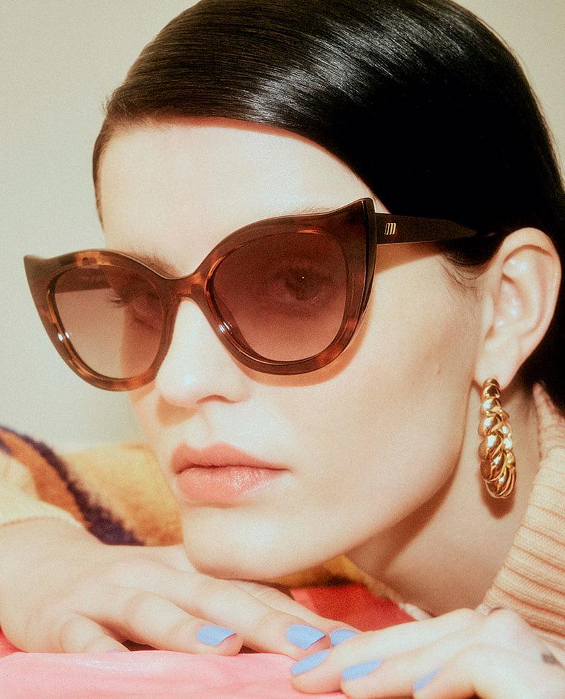 Frau trägt Cat Eye Sonnenbrille in Vintage-Optik