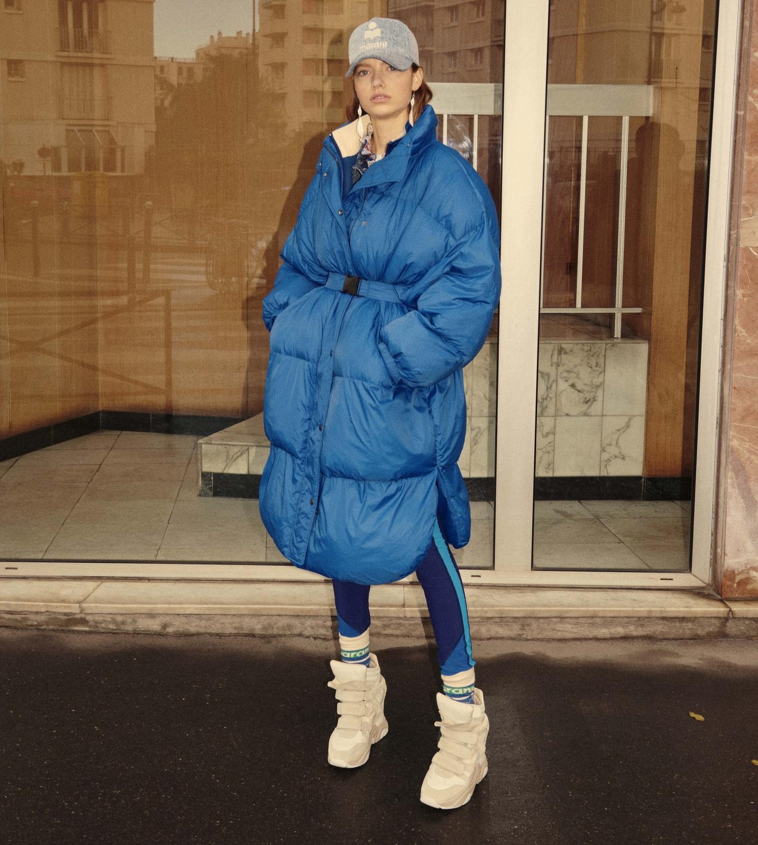 Model trägt blauen Oversized Mantel von Isabel Marant Étoile aus der Kollektion HW21