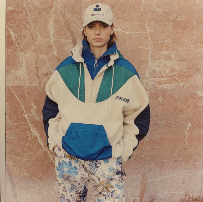 Model trägt Isabel Marant Jacke in weiss, blau und türkis