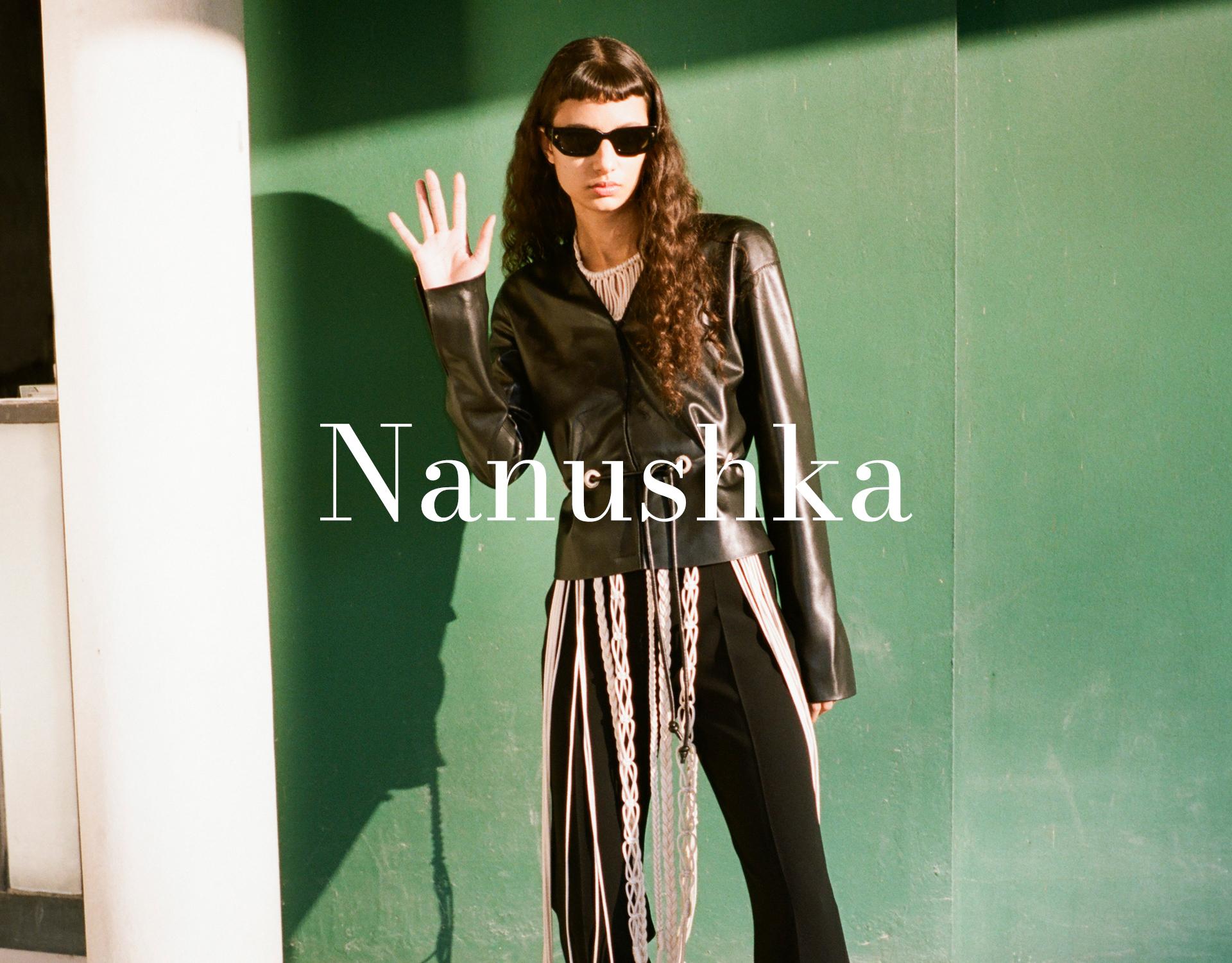 Nanushka Model trägt Sonnenbrille und schwarze Lederjacke