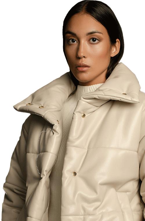Model trägt weisse Nanushka Jacke gefüttert